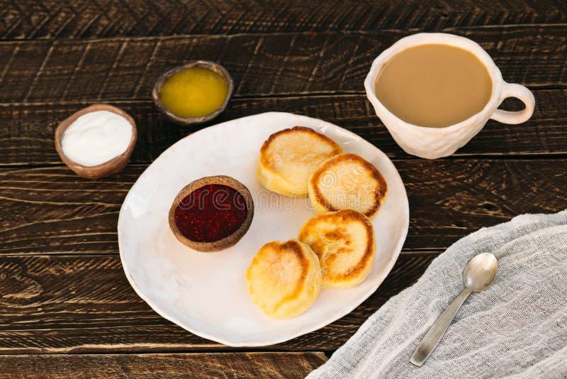 Kaffee mit Milch- und Klumpenpfannkuchen stockbild
