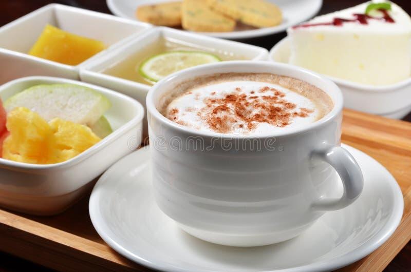 Kaffee mit Nachtisch, Frucht stockbilder