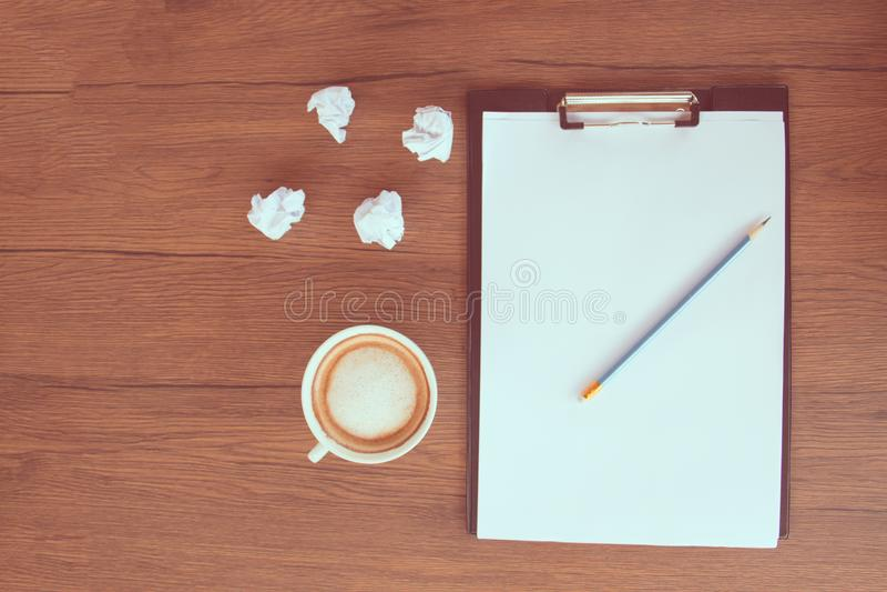 Kaffee mit Papier stockbild