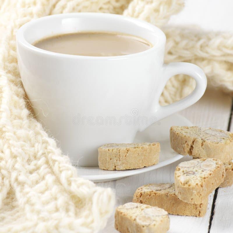 Kaffee mit Plätzchen und Strickwaren stockbild