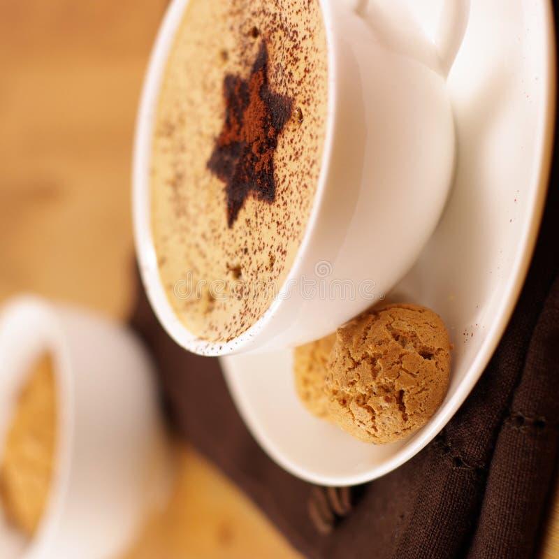 Kaffee mit Sahneschaumgummi lizenzfreie stockfotos