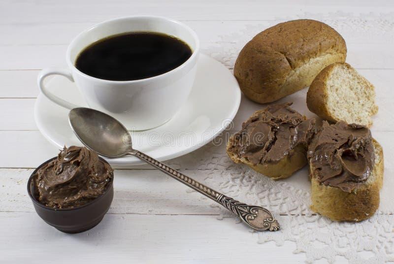 Kaffee mit Schokoladencremeverbreitung lizenzfreie stockbilder