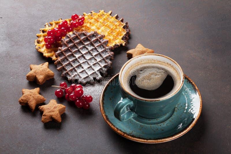 Kaffee mit Waffeln und Bonbons stockfotografie