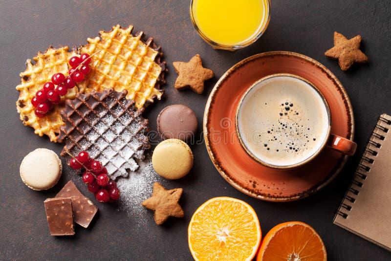 Kaffee mit Waffeln und Bonbons lizenzfreies stockfoto