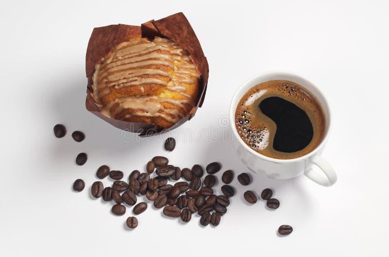 Kaffee, Muffin und Bohnen stockfotografie