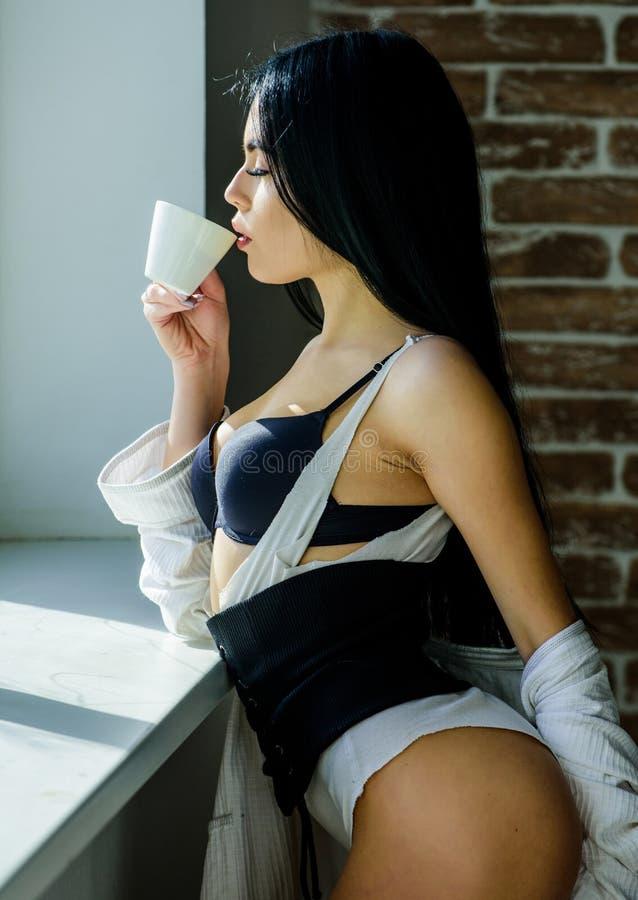 Kaffee, nehmen mich weg Sinnliches Mädchen, das ihren Lieblingsmorgenkaffee trinkt Hübsche Frau, die frischen heißen Kaffee an tr stockfotografie