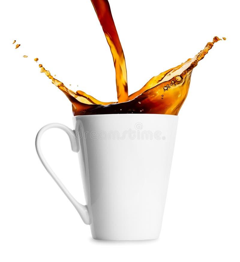 Kaffee oder Tee, die in Becher auslaufen lizenzfreie stockfotos