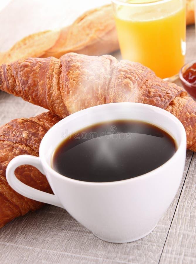 Kaffee, Orangensaft und Hörnchen lizenzfreies stockbild