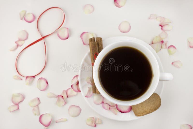 Kaffee, rosafarbene Blumenblätter, Zimt, roter Kaffee der Nr. acht stockbild