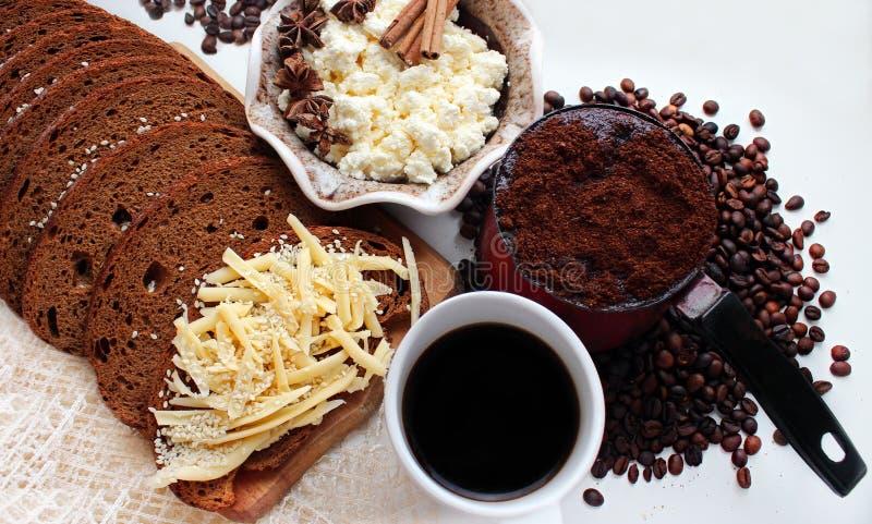 Kaffee, Sandwich, Käse, Zimt lizenzfreies stockbild