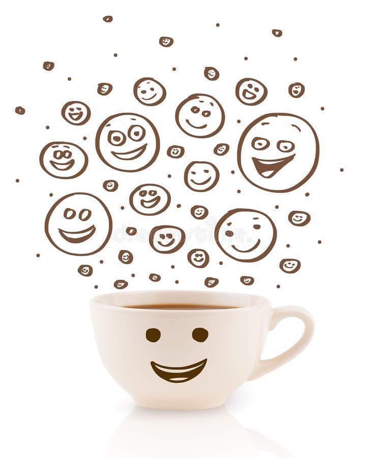 Kaffee-Schale mit braune Hand gezeichneten glücklichen smileygesichtern lizenzfreies stockbild