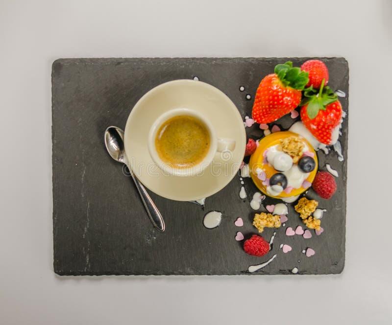 Kaffee, Teelöffel und Nachtisch lizenzfreies stockbild