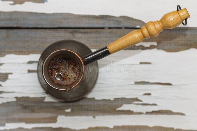 Kaffee, traditionell, türkisch, Cezve, weißes altes Fensterbrett, Nahaufnahme, Draufsicht, Kopienraum, selektiver Fokus, Morgen lizenzfreie stockfotografie
