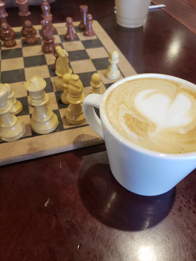 Kaffee u. Schach lizenzfreie stockfotografie