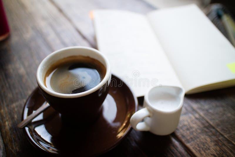 Kaffee u. Zeitschrift lizenzfreie stockfotografie