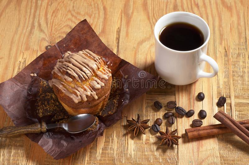 Kaffee und ausgepacktes Muffin stockbild