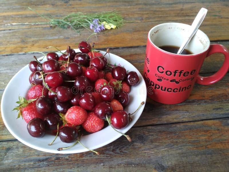 Kaffee und Beeren auf dem Frühstück stockbild