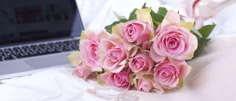 Kaffee und Blumenstrauß von rosa Rosen im Bett, im Romance und in der Gemütlichkeit Guten Morgen Frühstück im Bett Kopieren Sie P stockfotografie