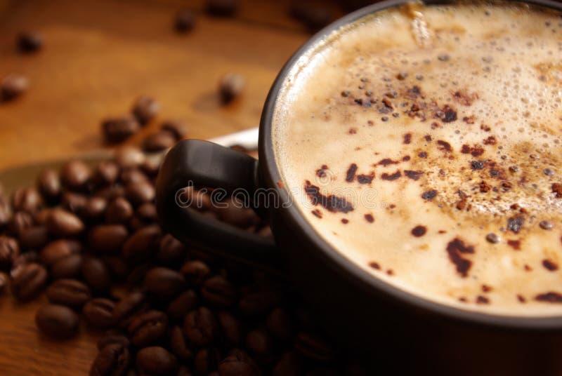 Kaffee und Bohnen lizenzfreies stockbild