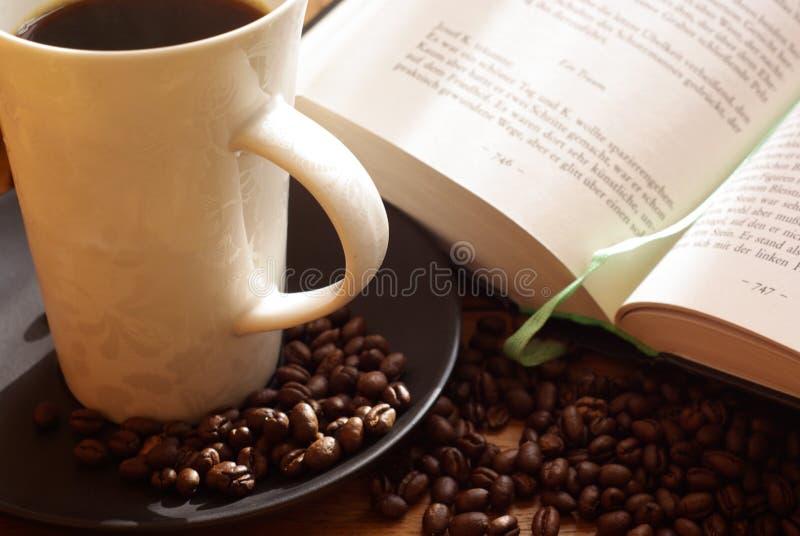 Kaffee und Buch lizenzfreie stockfotografie
