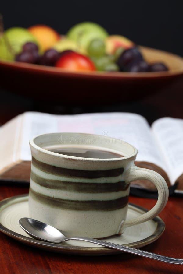Kaffee und die Bibel stockfoto