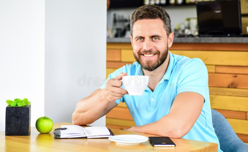 Kaffee- und Fruchtnachladenenergiereserve Gesunde Gewohnheiten Gesunde Mannsorgfalt-Vitaminnahrung während des Arbeitstages Gesun lizenzfreies stockbild