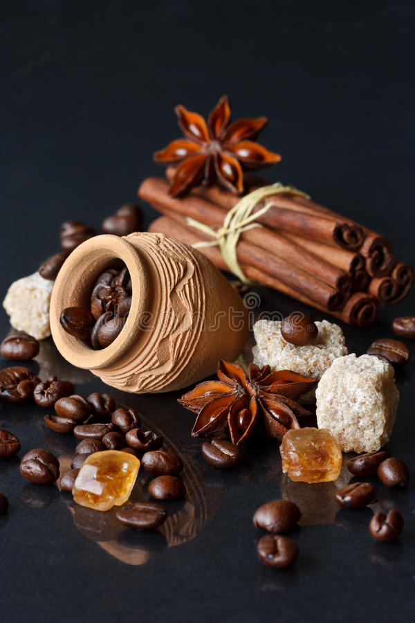 Kaffee und Gewürze. stockbild