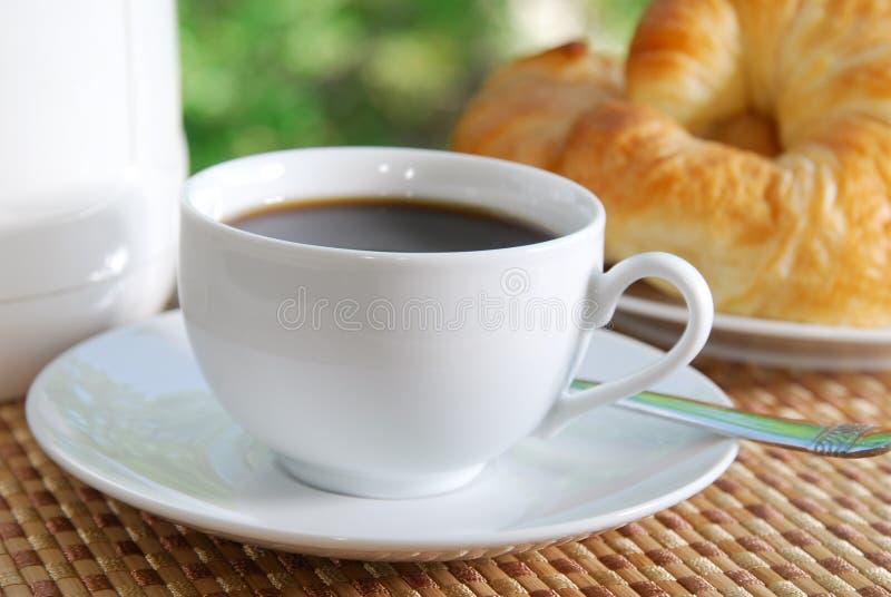 Kaffee und Hörnchen lizenzfreie stockbilder