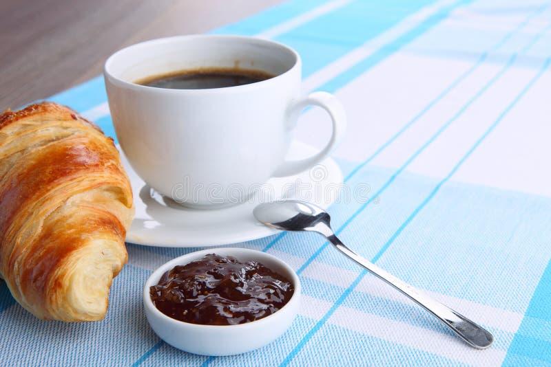 Download Kaffee und Hörnchen stockfoto. Bild von bäckerei, brötchen - 27727620