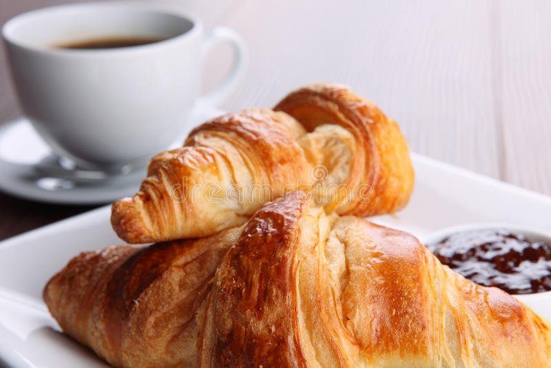 Download Kaffee und Hörnchen stockfoto. Bild von erfrischung, espresso - 27727622