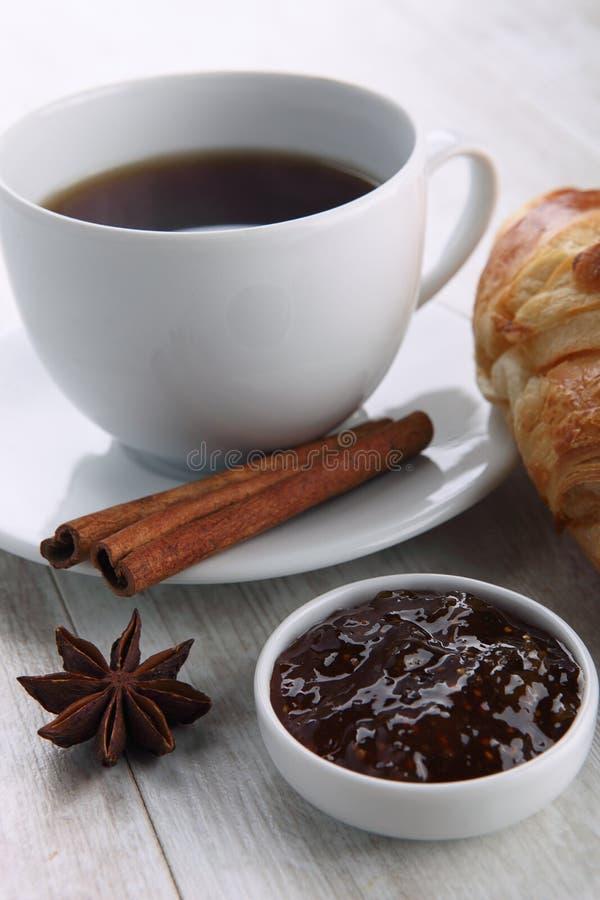 Download Kaffee und Hörnchen stockbild. Bild von getränk, nachricht - 27727661
