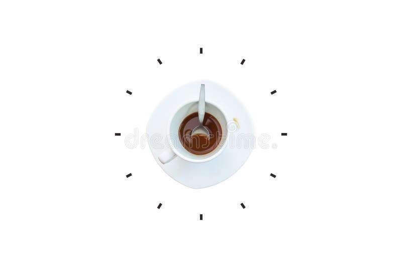 Kaffee und Löffel in der weißen Schale gesetzt auf weiße Untertasse mit dem Teil der Uhr lokalisiert auf weißem Hintergrund lizenzfreies stockfoto