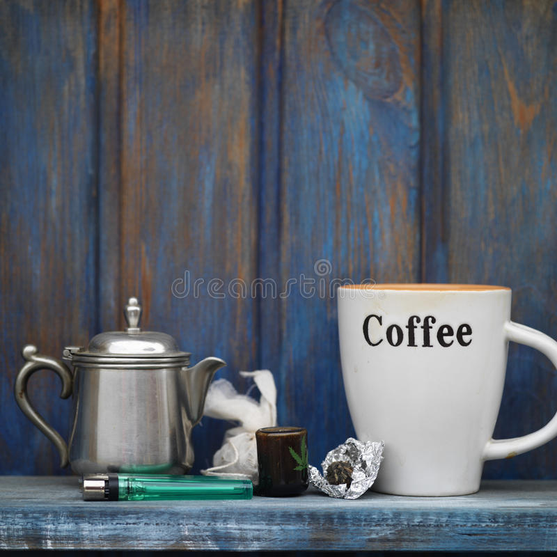 Kaffee und Marihuana stockfotografie