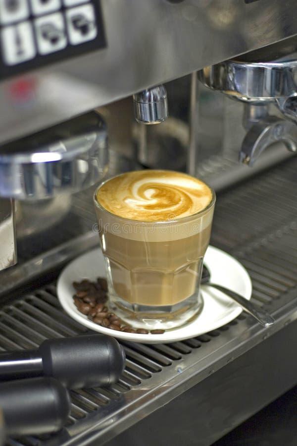 Kaffee und Maschine stockbilder