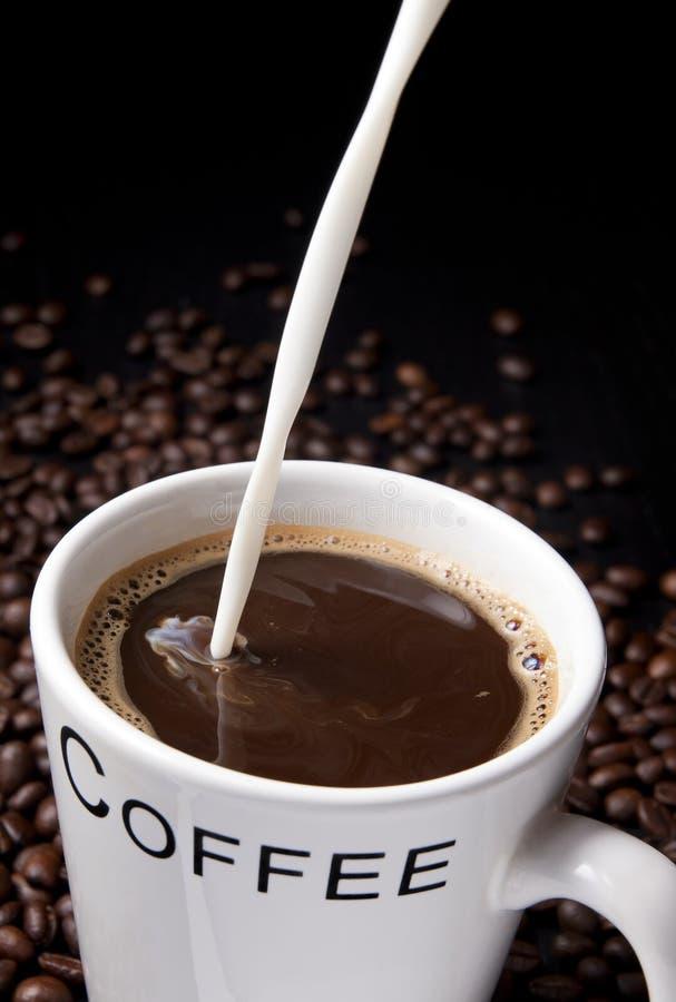 Kaffee und Milch lizenzfreie stockfotos