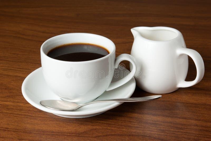 Kaffee und Milch auf Tabelle lizenzfreies stockfoto