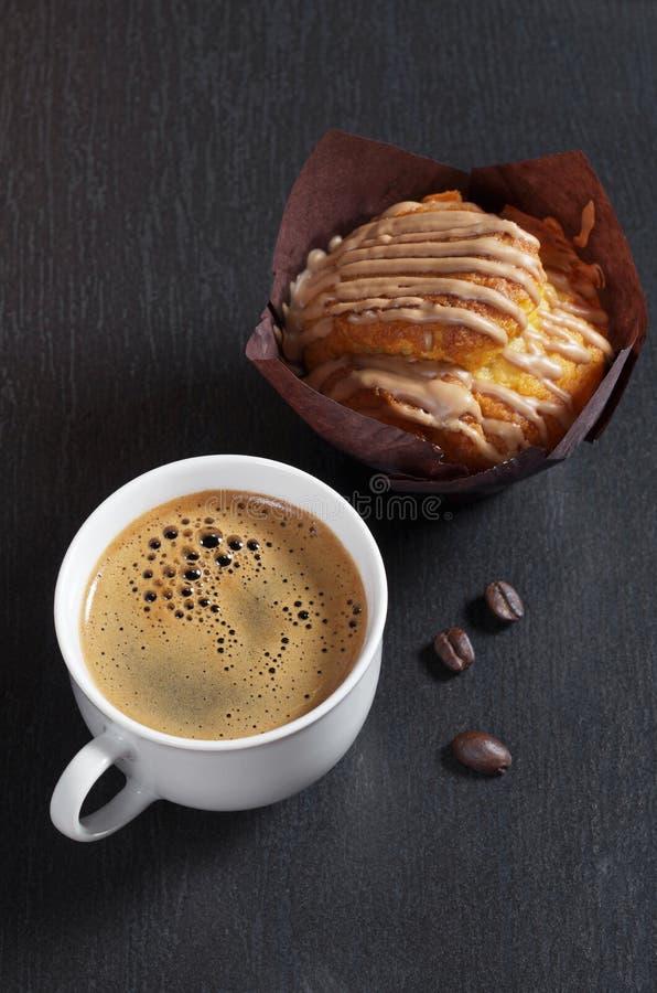 Kaffee und Muffin mit Schokolade lizenzfreie stockbilder