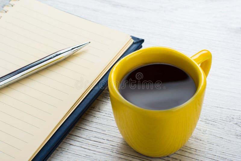 Kaffee und Notizbuch lizenzfreie stockfotos