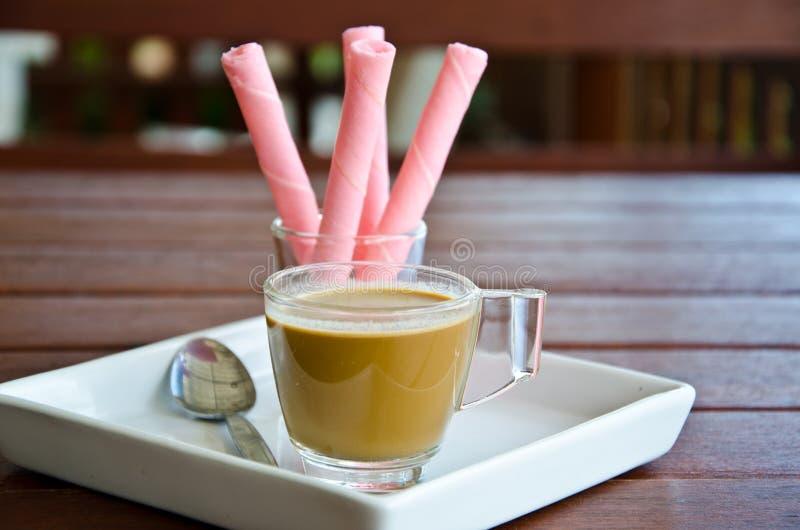 Kaffee- und Oblatenrolle stockbild