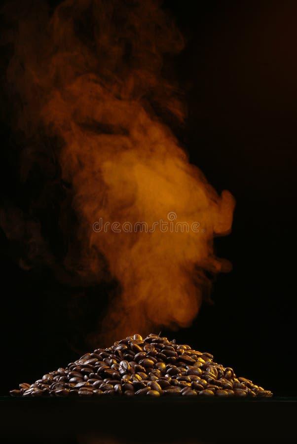 Kaffee und Rauch stockfotografie
