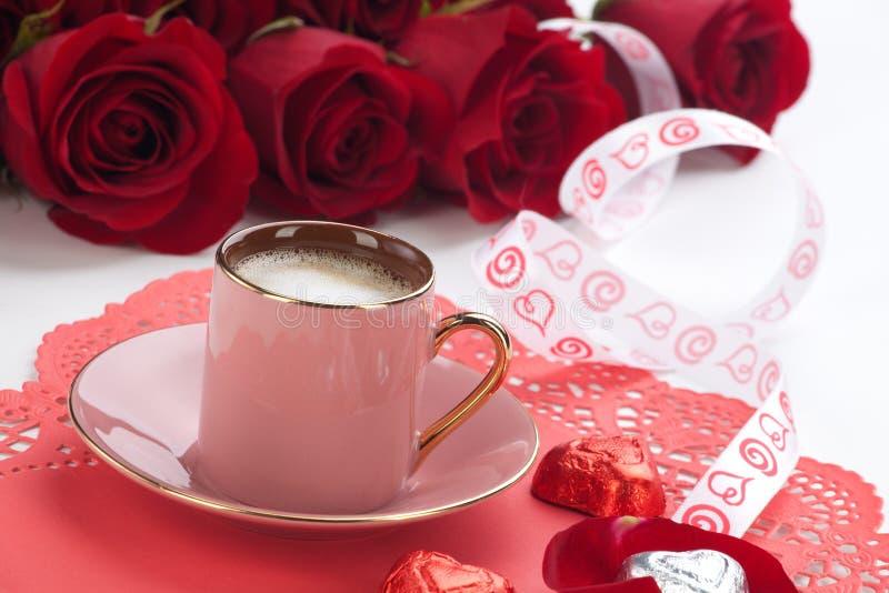 Kaffee und rote Rosen stockfoto