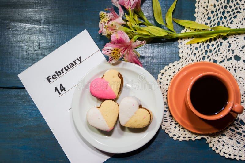 Kaffee- und Süßigkeitsherzen mit Valentinsgrußtagesgruß stockbild