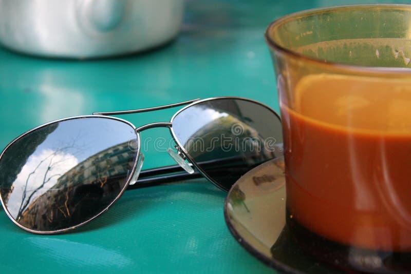 Kaffee und Sonnenbrille an einem Café in Barcelona stockfotografie