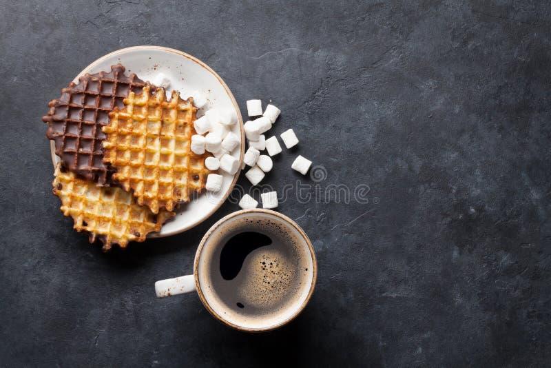 Kaffee und Waffeln stockfotos