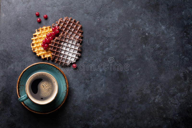 Kaffee und Waffeln mit Beeren lizenzfreie stockfotos
