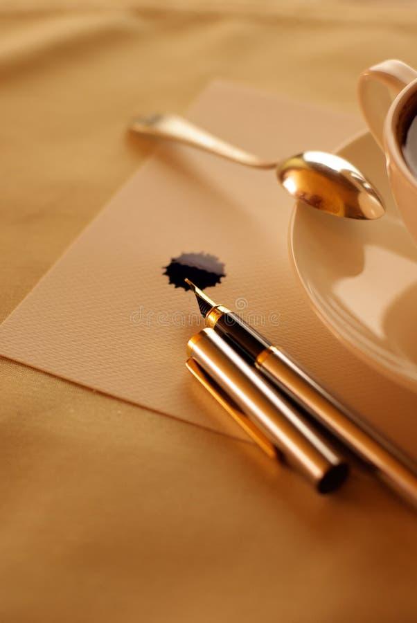 Kaffee- und Zeichnungsfeder lizenzfreies stockfoto