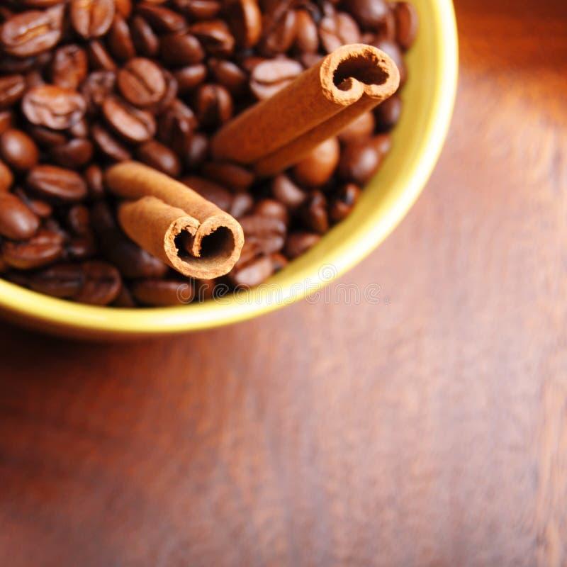 Kaffee und Zimt stockfotografie