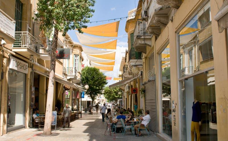 Kaffee unter Vorhängen in der Gasse in Nikosia, Zypern lizenzfreie stockfotografie