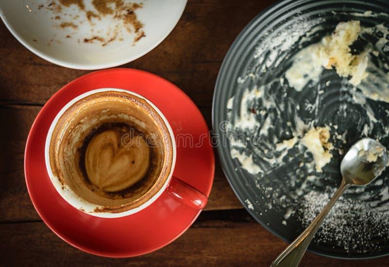 Kaffee verbraucht auf Tabellenholz im Caféshop lizenzfreie stockbilder