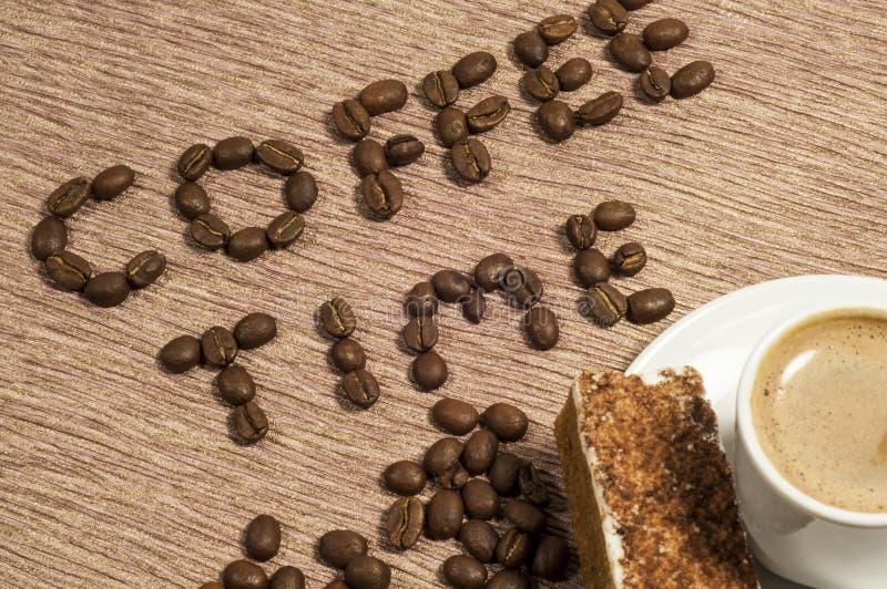 Kaffee-Zeit Geschrieben In Kaffeebohnen Stockfotos